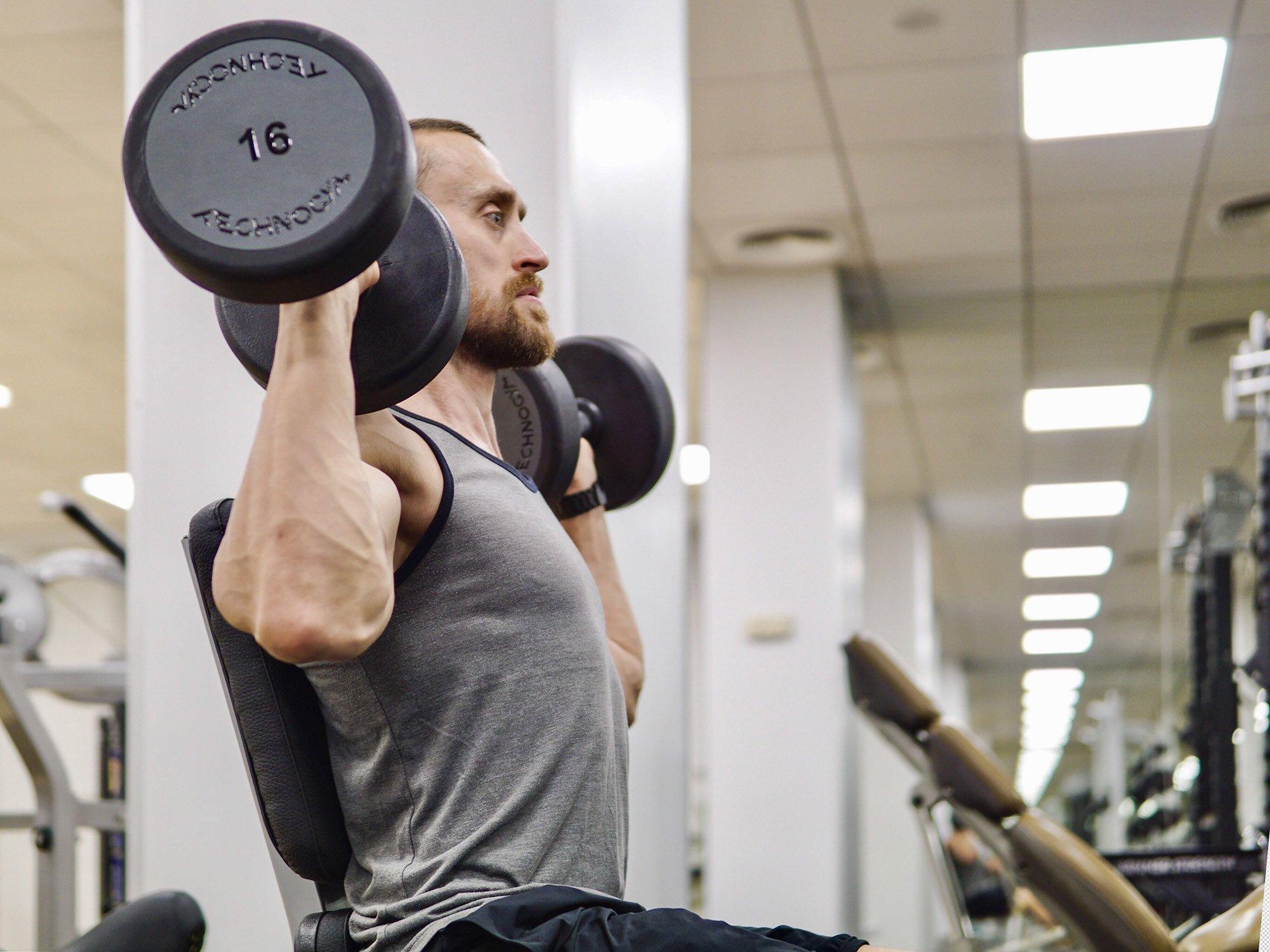 Как правильно качать руки, плечи, грудь и спину: инструкция от фитнес-тренера