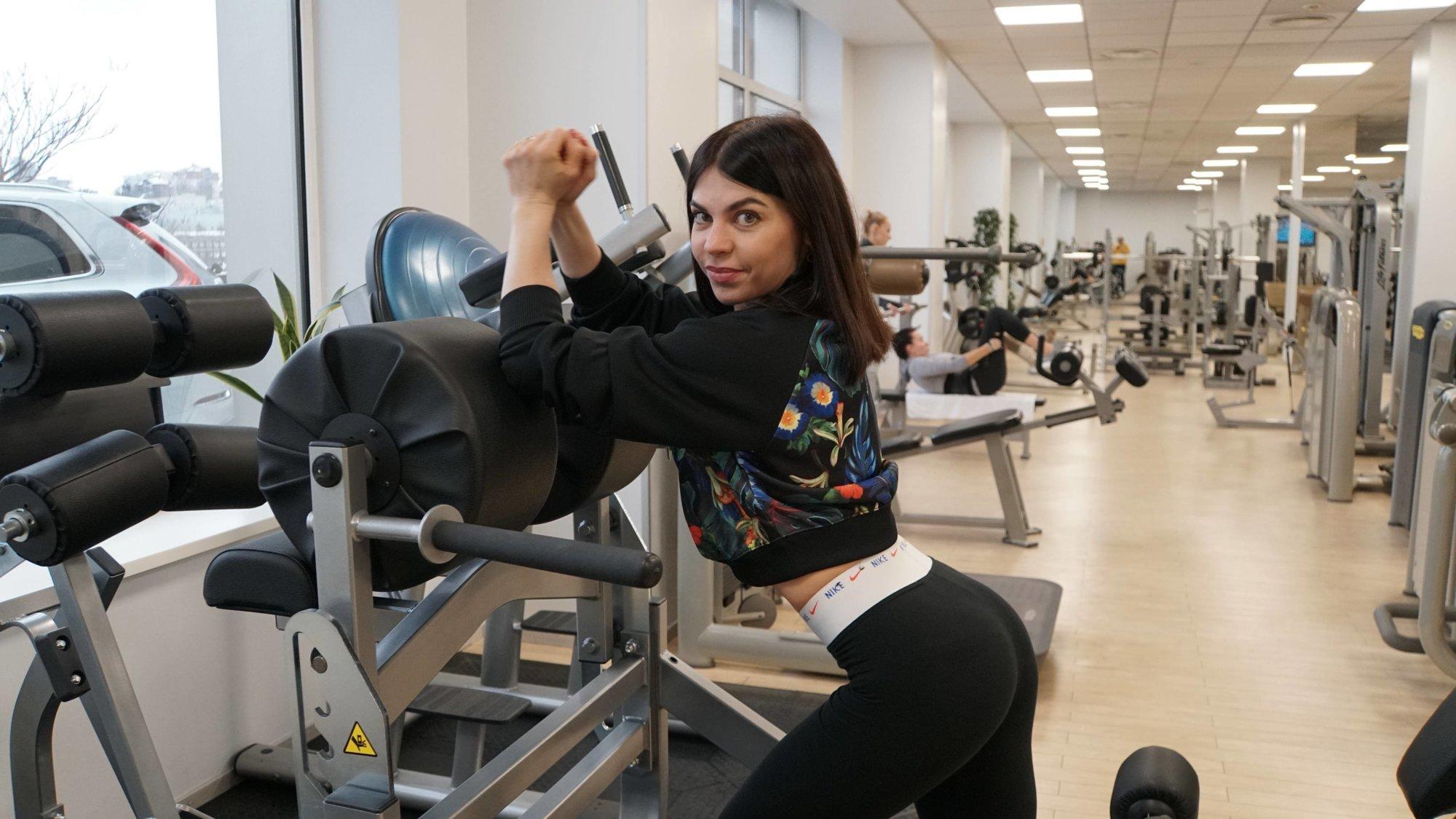 Как правильно качать ягодицы и спину: показывает фитнес-тренер