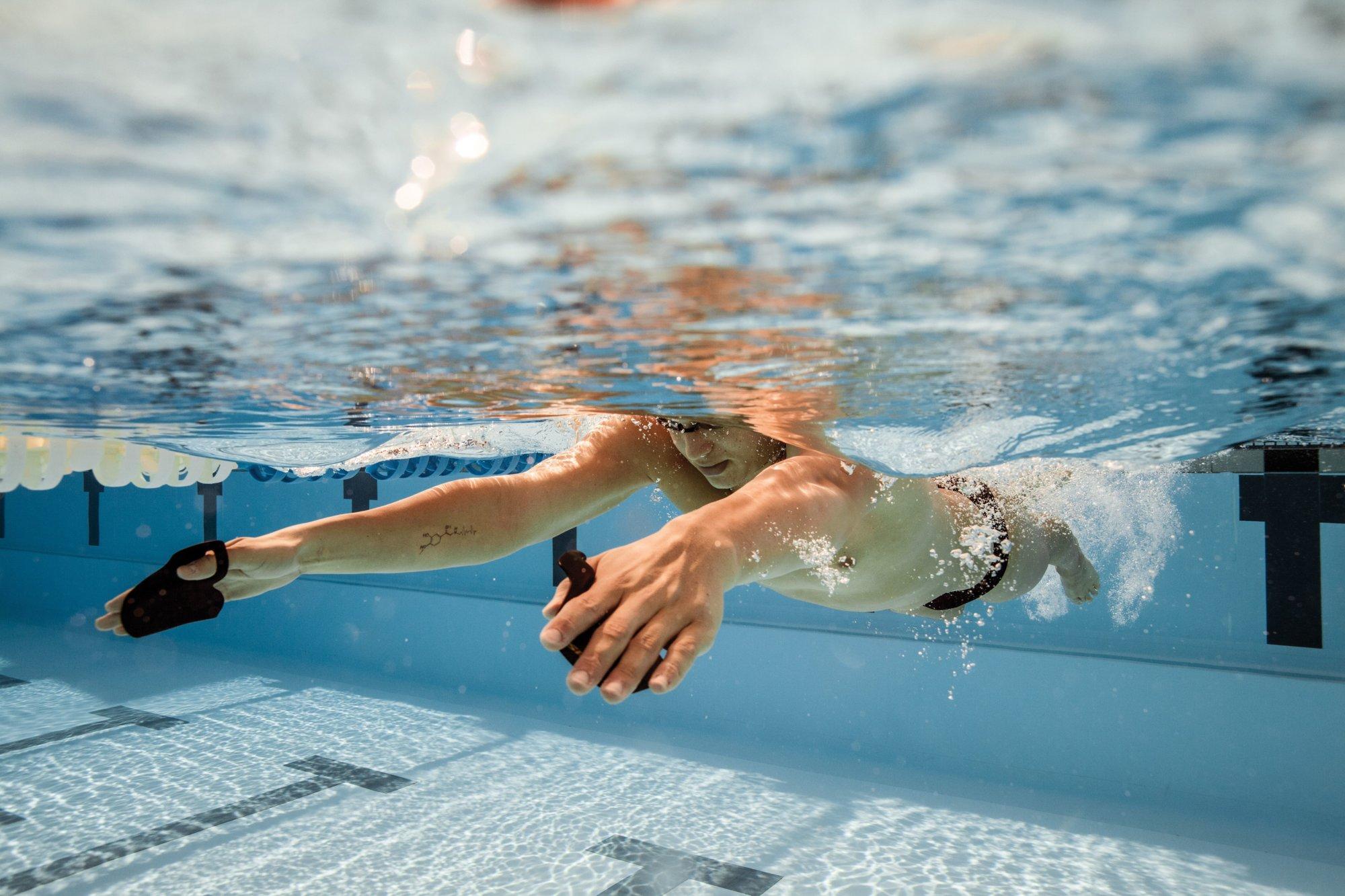 9 корисних гаджетів для занять плаванням в басейні