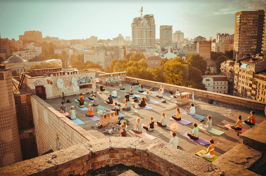 Йога на крыше: необычно и очень красиво. 5 причин, чтобы попробовать