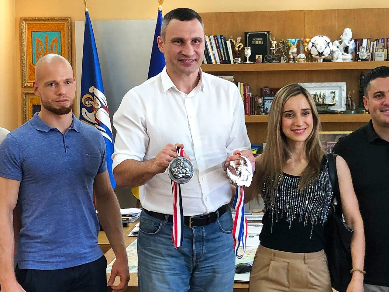 Основатели Mr. Olympia наградили братьев Кличко и поддержали Украину